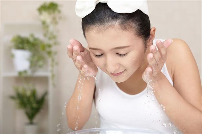冷水で洗顔すると毛穴が引き締まる