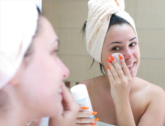 化粧水だけでいい?「乳液(油分)で蓋は古い」の真実