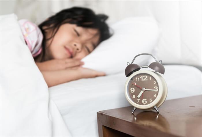 【朝起きられない子供】夜更かし?病気?原因と改善方法